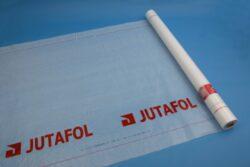 Jutafol D 140 Speciál /75m2/-Nízkoparopropustná podstřešní fólie sloužící k ochraně podkrovních prostor a tepelných izolací. Fólie je určena pro větrané nebedněné střešní systémy. Tento výrobek se řadí do skupiny nekontaktních, proto nesmí být v kontaktu s bedněním ani s tepelnou izolací.